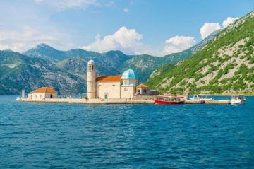Остров и церковь Богородицы на рифе в Черногории